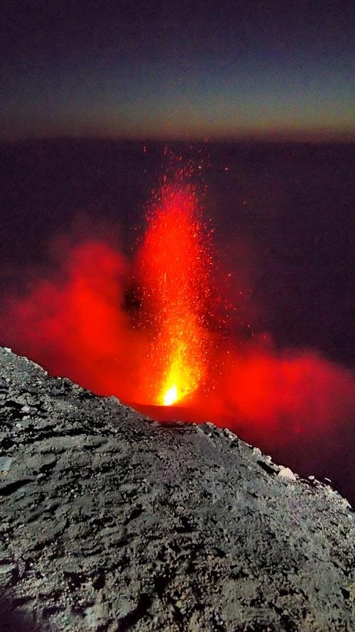 a-italy-stromboli-volcano-eruption-6