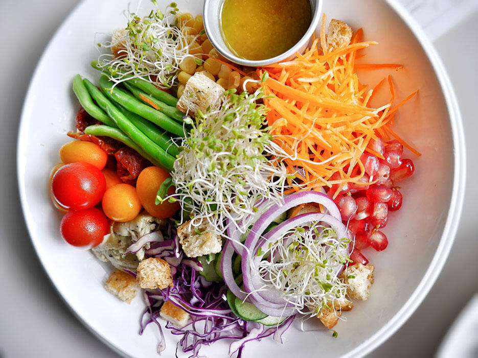 bowery-kitchen-bar-solaris-dutamas-publika-4-spring-bowl-salad